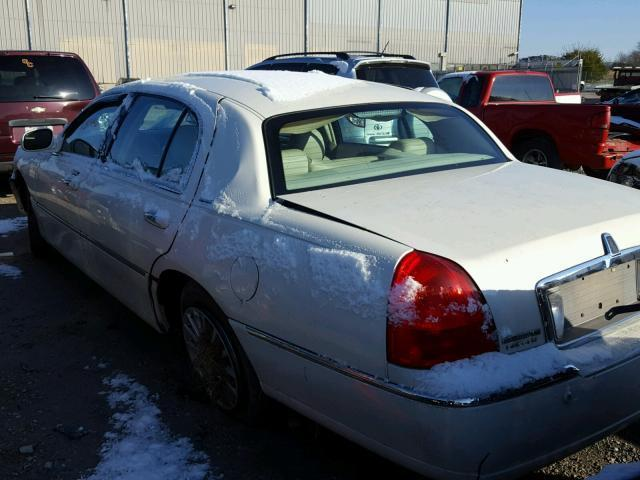 Salvage Car Lincoln Town Car 2005 White For Sale In Lawrenceburg Ky